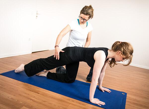 Pilates im Rahmen der betrieblichen Gesundheitsvorsorge kann einzeln oder in Gruppen angewendet werden